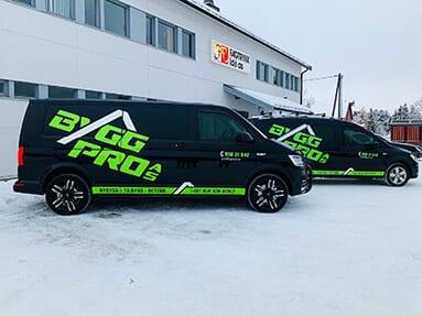 To svarte varebiler med grønn tekst 'Bygg Pro'