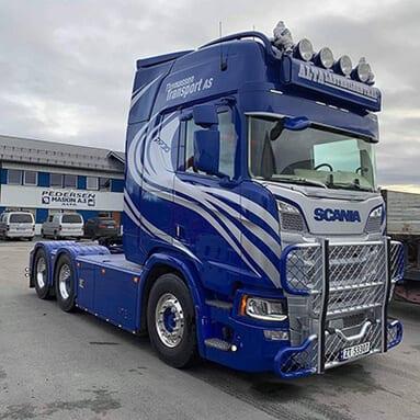 En blå lastebil
