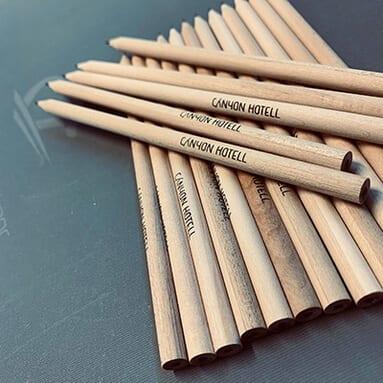 Blyanter som ligger oppå mange andre blyanter med tekst 'Canyon Hotell'