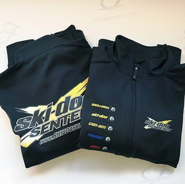 To svarte jakker med tekst 'ski-doo Senteret'