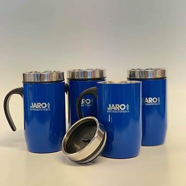 Fire blå termokopper med tekst 'Jaro'