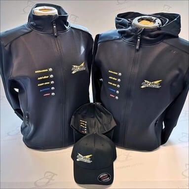 To svarte jakker og to svarte capser med logoer på